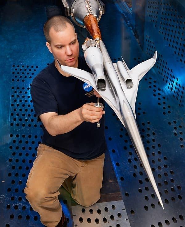 ボーイングの1.79%スケールモデルを利用した風洞実験  エンジンは翼上部に設置されている  (出典:NASA/Quentin Schwinn)